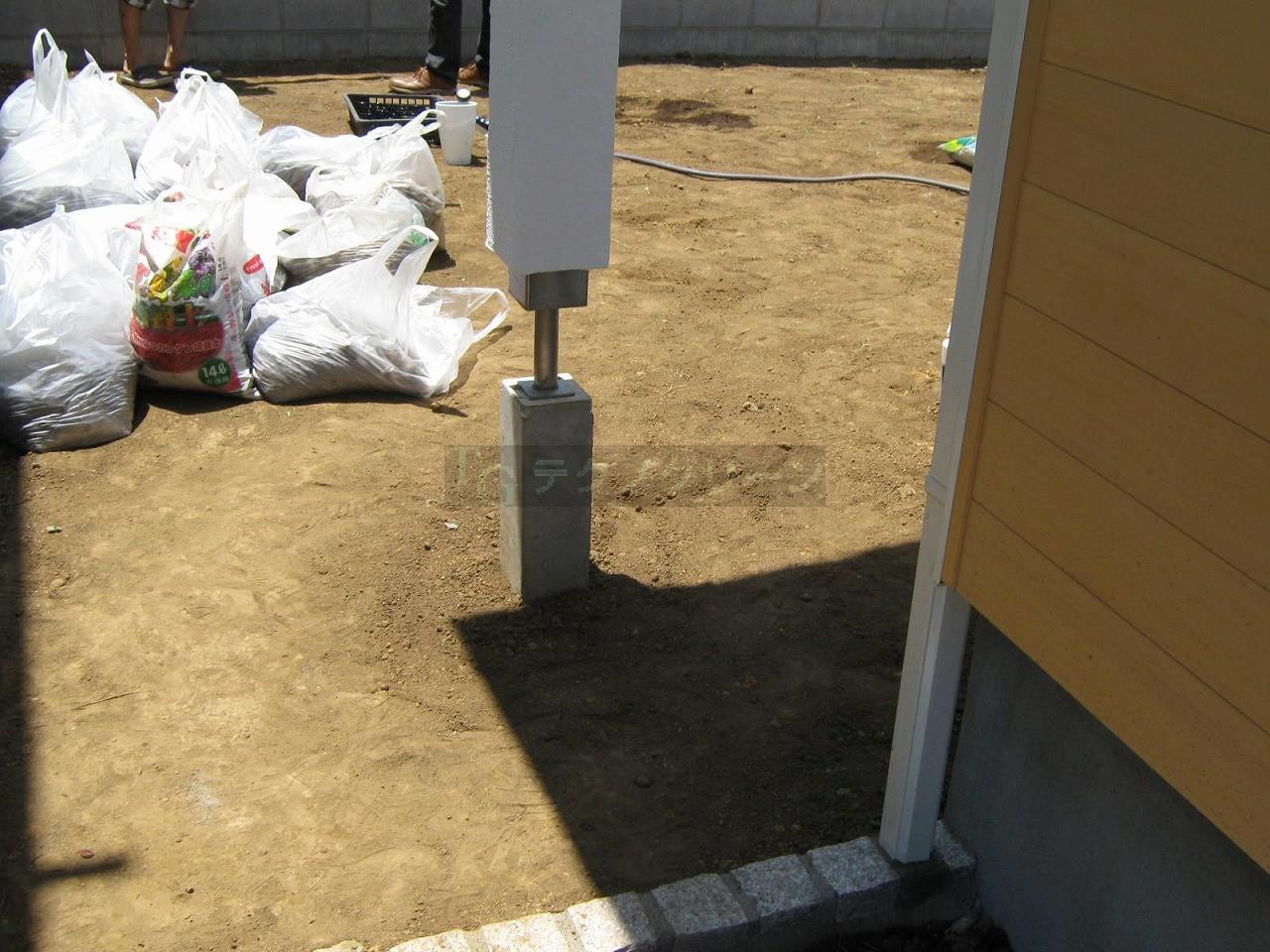 庇用の柱  こんな所に上から柱が。ここも避けずにウッドデッキを作る予定ですが